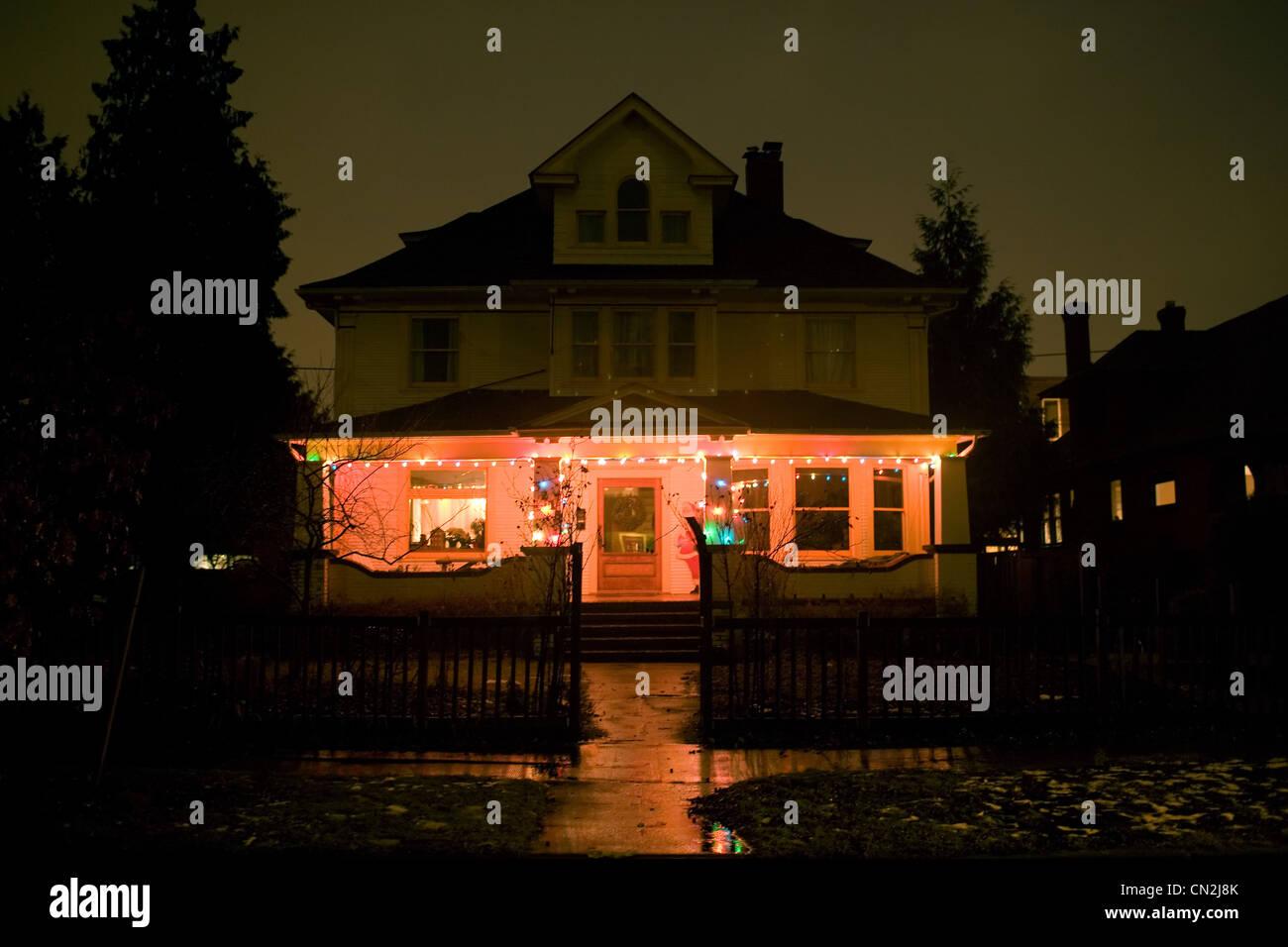 Haus Weihnachtsbeleuchtung.Weihnachtsbeleuchtung Am Haus Bei Nacht Stockfoto Bild