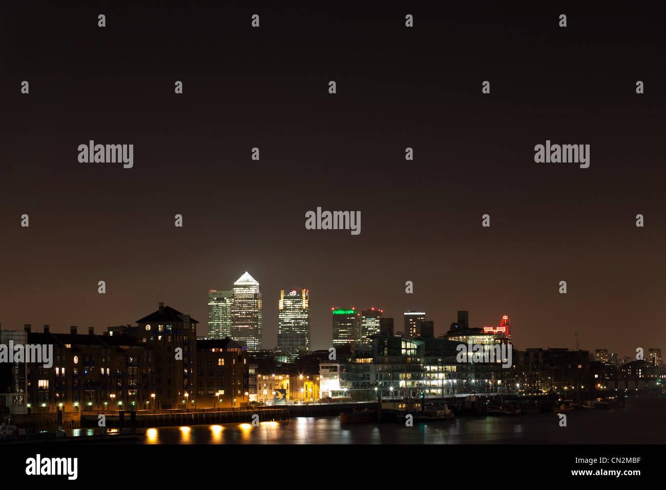 Blick über die Themse in Richtung Canary Wharf, London, UK Stockbild