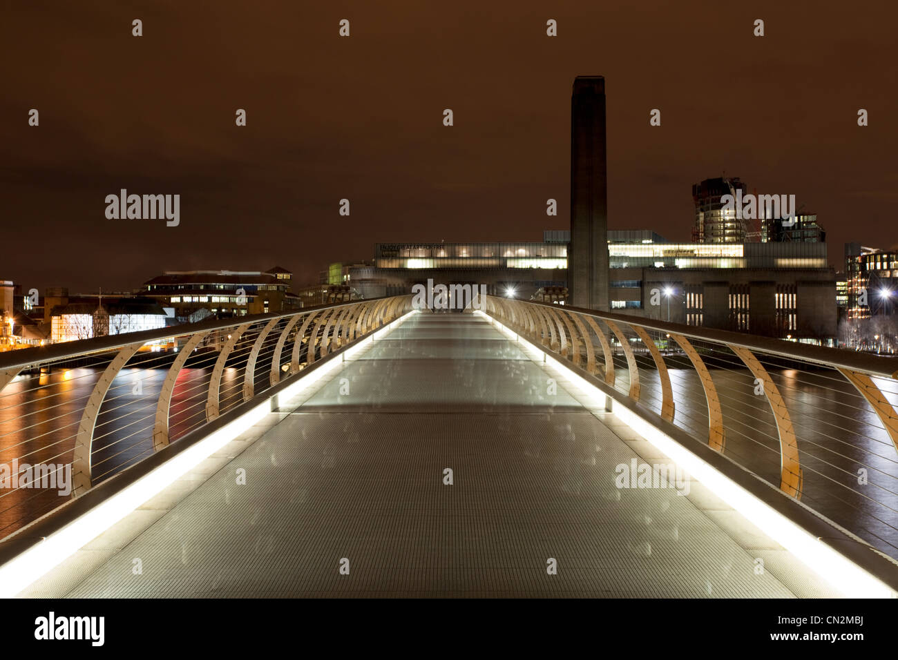 Millennium Bridge in Richtung Tate Modern, London, UK Stockbild