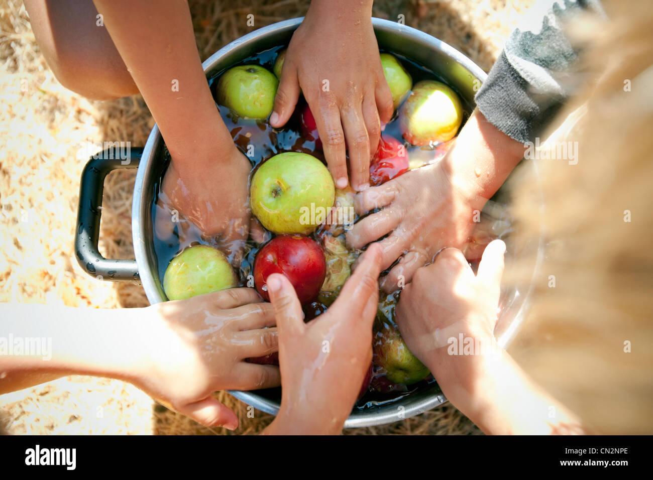 Menschen waschen Äpfel Stockbild