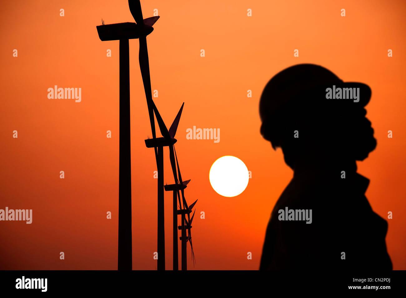 Die Silhouette der Windmühlen Arbeiter mit Sonnenuntergang Stockbild