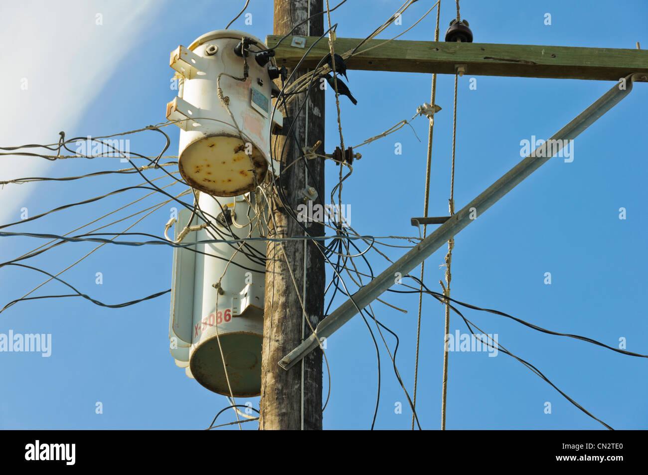 Stromleitungen auf Holzpfosten durch chaotische gefährlich ...