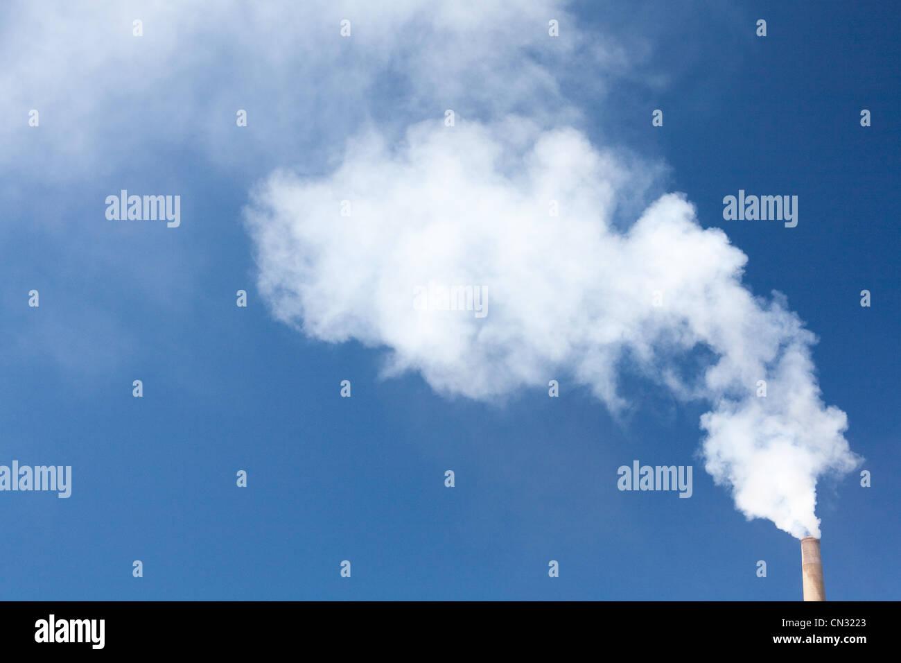 Schornstein gegen blauen Himmel Stockbild