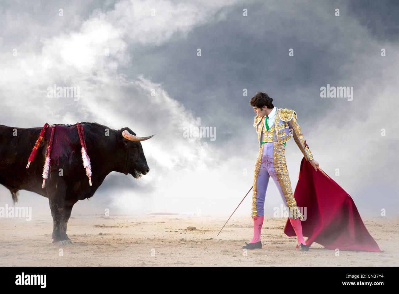 Stierkämpfer halten roten Umhang mit Stier, Stierkampfarena Las Ventas, Madrid Stockbild