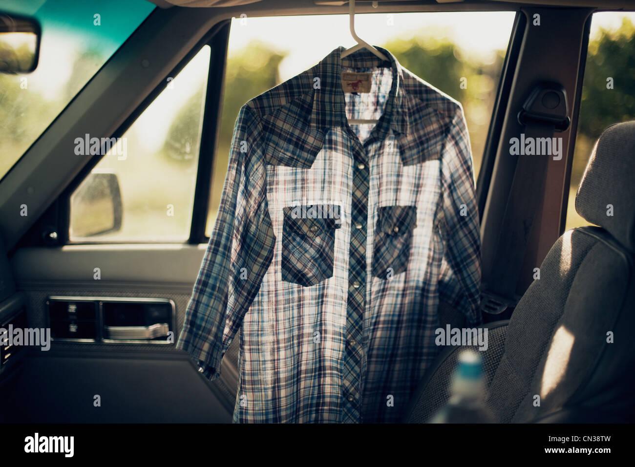 Kariertes Hemd in einem Auto Stockfoto