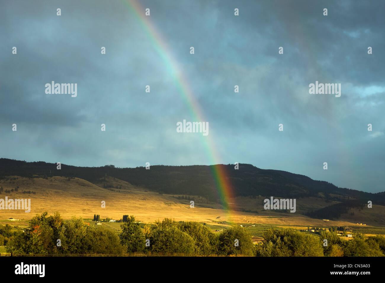 Regenbogen über malerische Landschaft, Britisch-Kolumbien, Kanada Stockbild