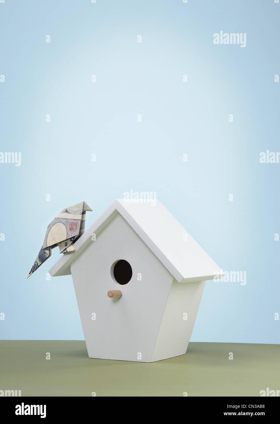 Origami-Yen-Banknoten imitieren von Vogel zu Vogel-Kasten Stockbild