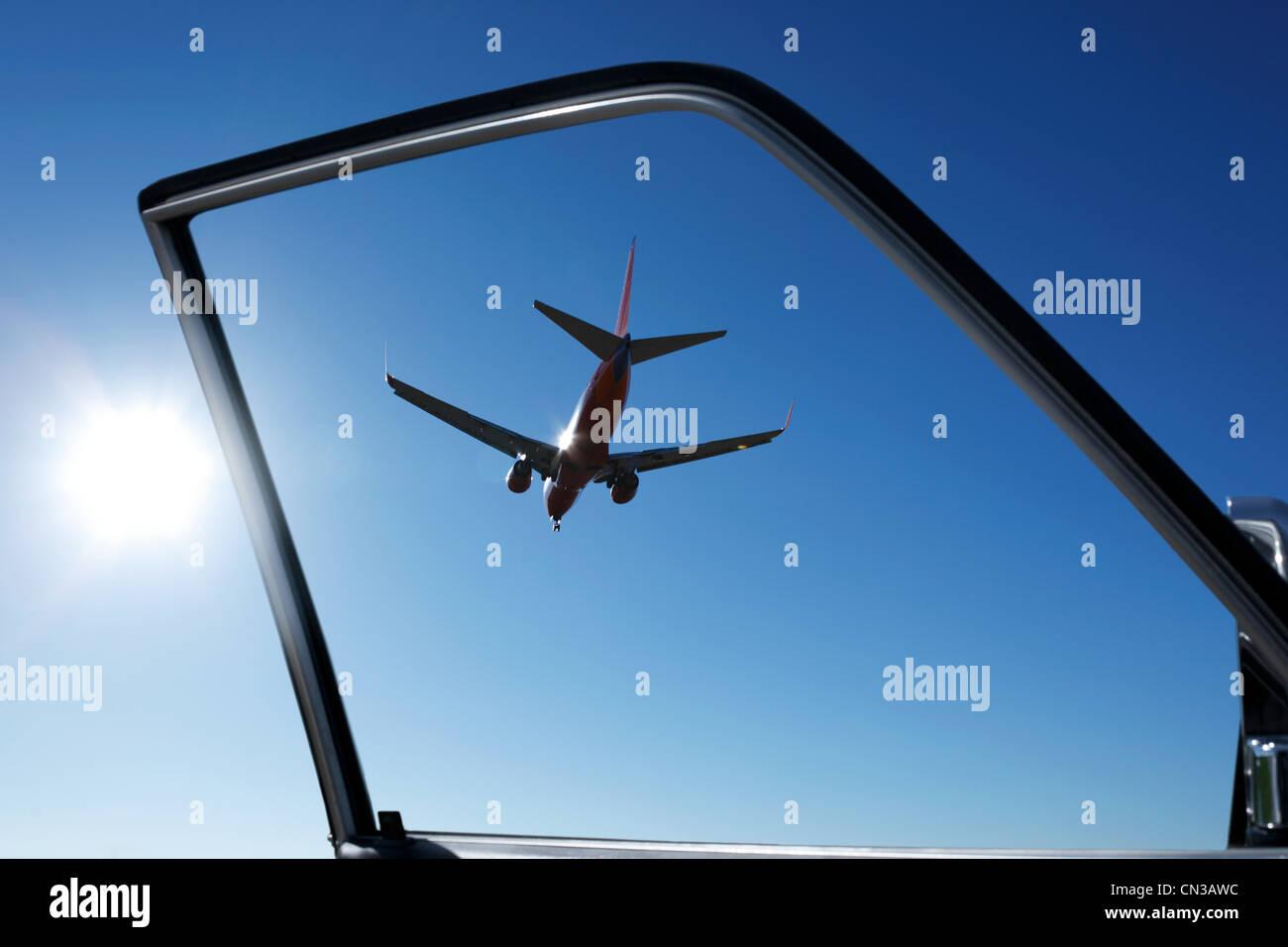 Autotür mit Blick auf Flugzeug Stockbild