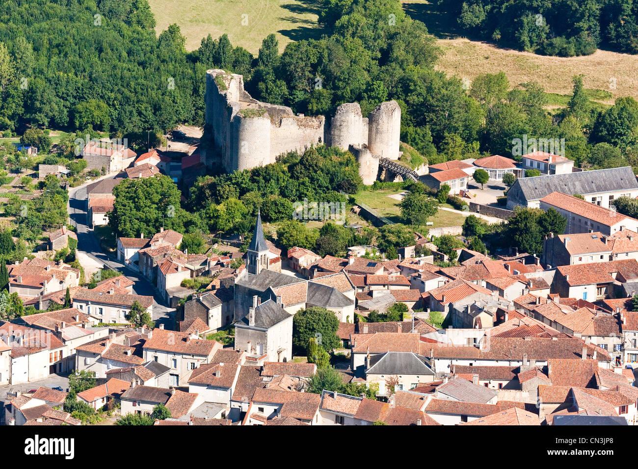 Frankreich, Vienne, Gencay, Gencay Schloss ist ein schönes Beispiel mittelalterlicher Architektur (Luftbild) Stockbild