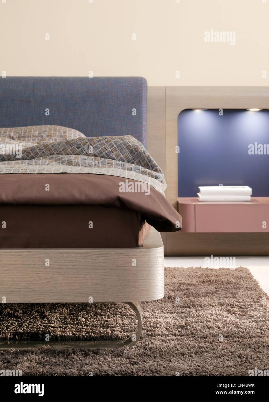 schönes Bett Schlafzimmer Nachttisch Stühle modern Stockfoto, Bild ...