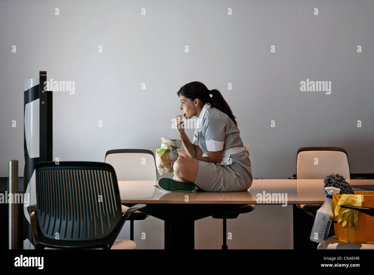 Büro Reiniger auf Bildschirm im Konferenzraum Stockbild