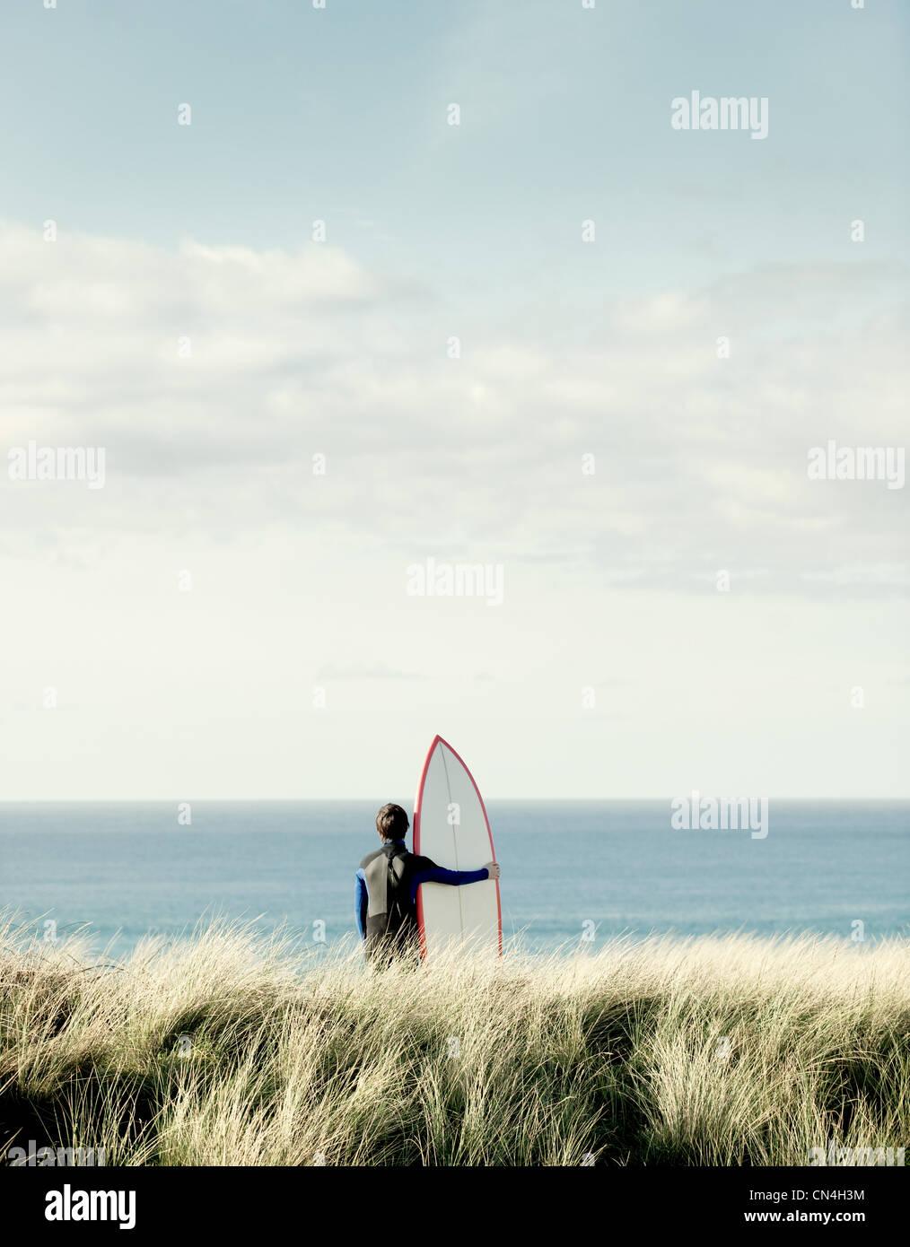 Surfer, Blick auf das Meer Stockbild