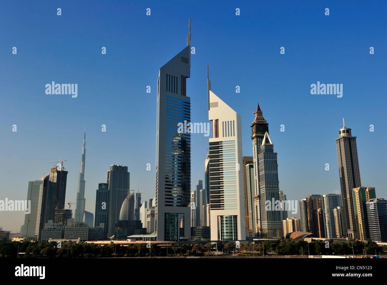 Vereinigte Arabische Emirate, Dubai, das Finanzzentrum mit Emirates Tower und die Sheikh Zayed Road-Türme Stockbild