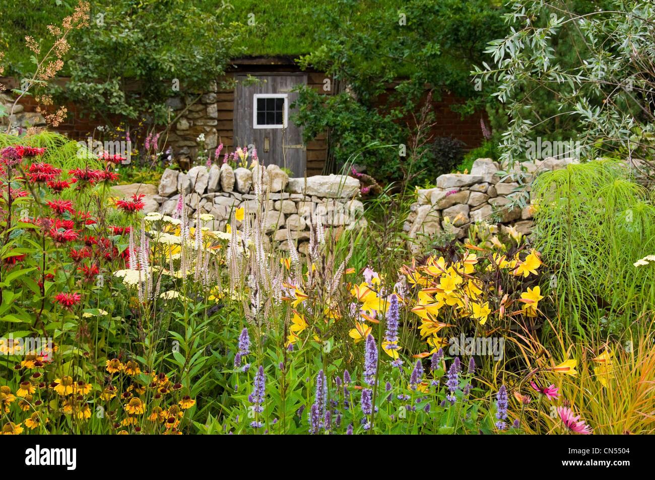 Cottage garten pflanzen  Horizontale Sicht auf eine traditionelle Tierwelt-freundliche ...