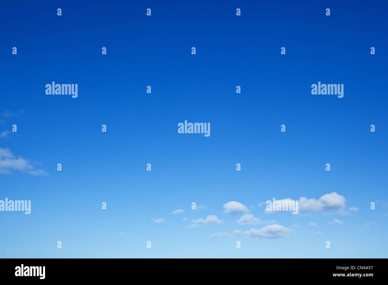 Blauer Himmel mit kleinen Wolken Stockbild