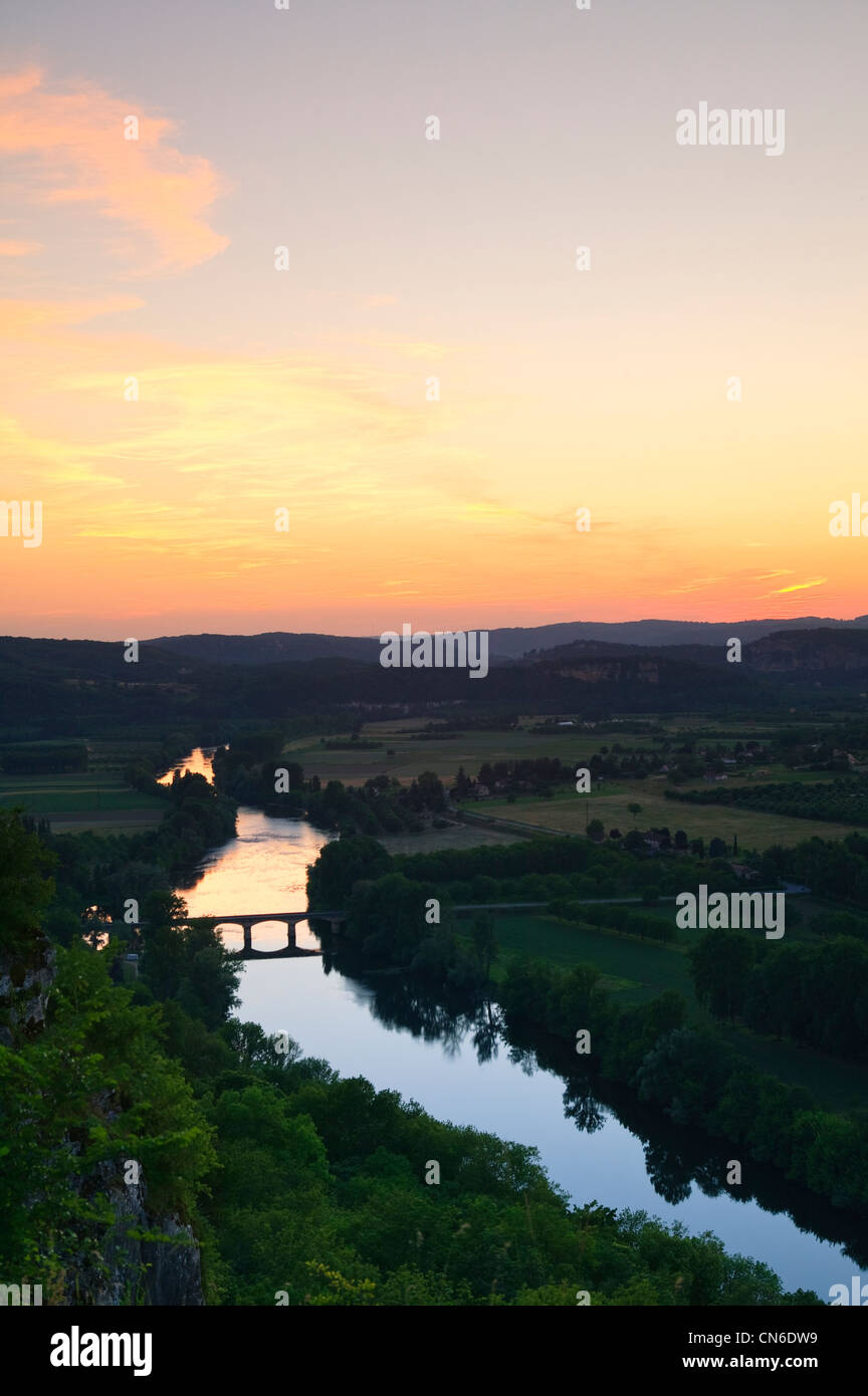 Fluss Dordogne Bergerac Dordogne Nouvelle-Aquitaine Frankreich bei Sonnenuntergang Stockbild