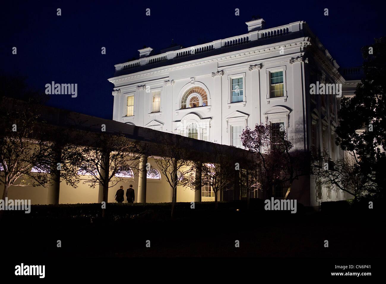 Präsident Barack Obama und National Security Advisor Tom Donilon entlang der Kolonnade des weißen Hauses Stockbild