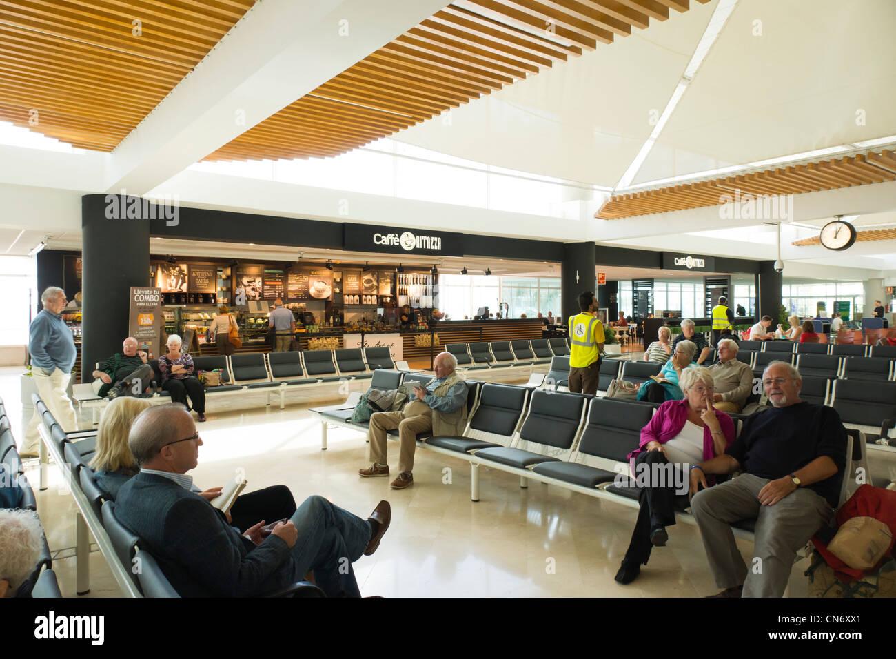Lanzarote, Kanarische Inseln - Flughafen Arrecife. Passagiere warten in bar Sitzecke. Stockbild