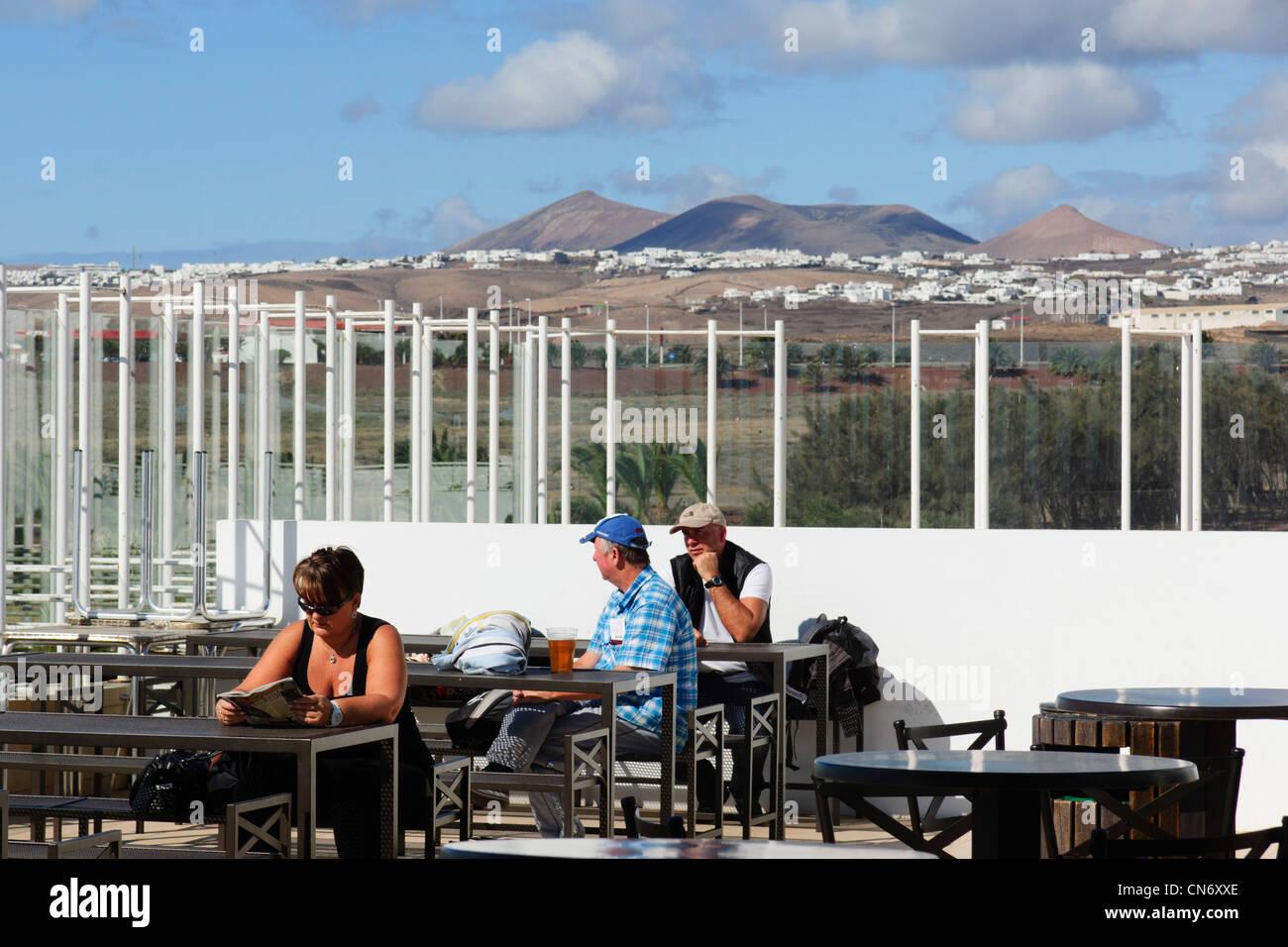 Lanzarote, Kanarische Inseln - Flughafen Arrecife. Outdoor-Café-bar Sitzgelegenheiten mit Rauchen erlaubt. Stockbild