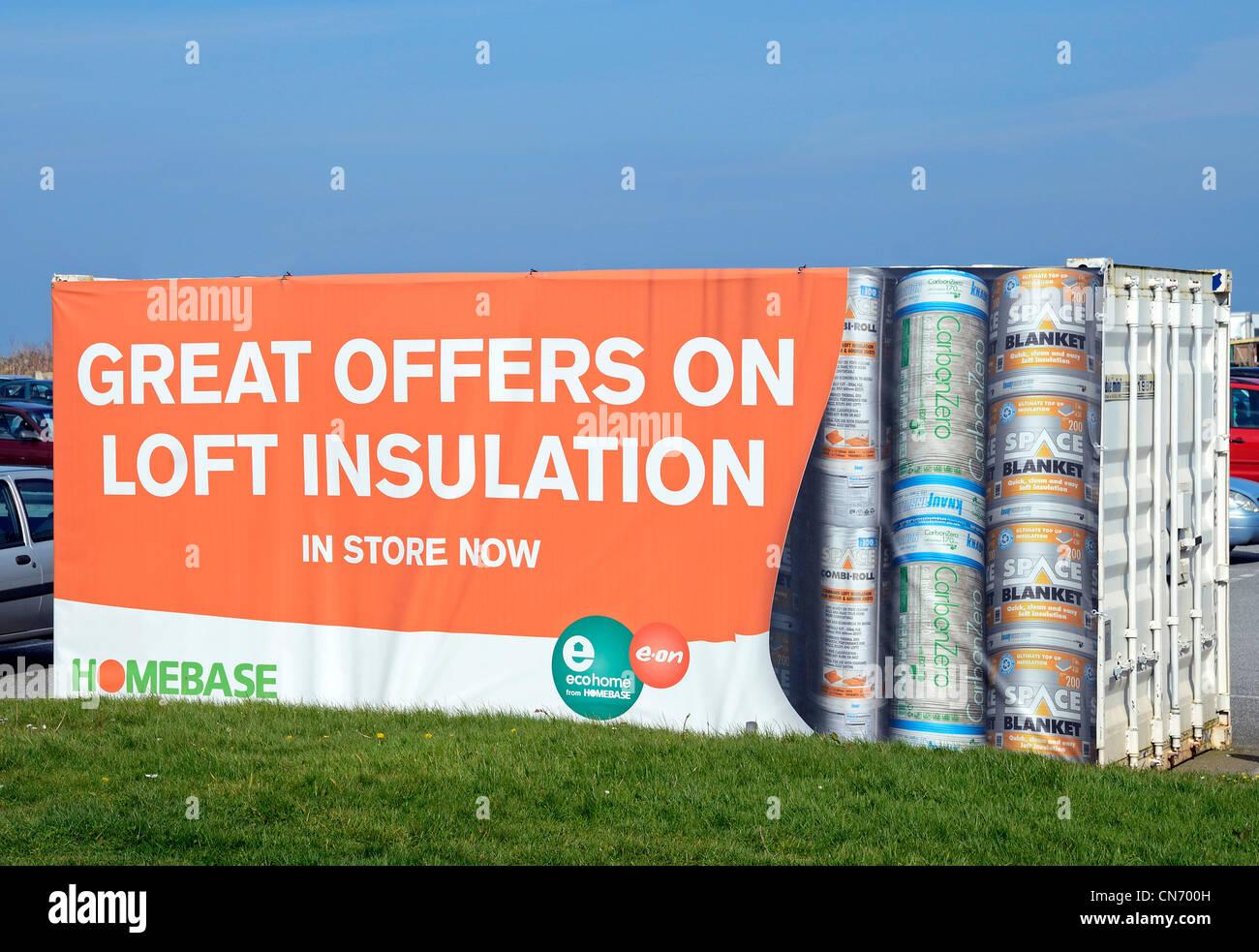 eine Anzeige der Angebote auf Dachdämmung außerhalb eines Ladens Homebase, uk Stockbild