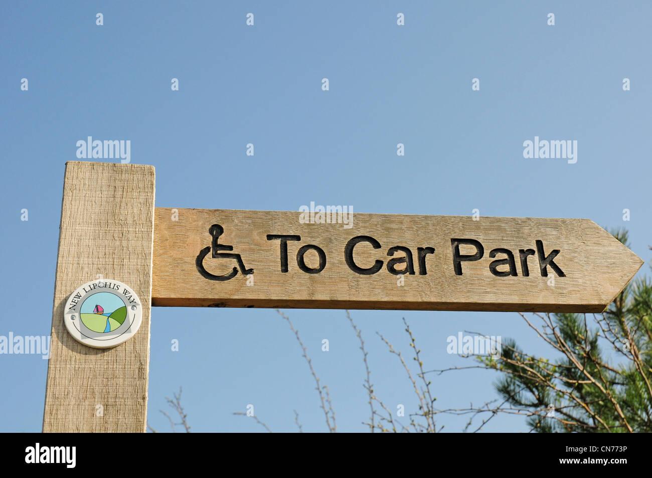 Finger-Post abonnieren Parkplatz aus West Itchenor laufbaren Zugang für Rollstuhlfahrer. Stockbild