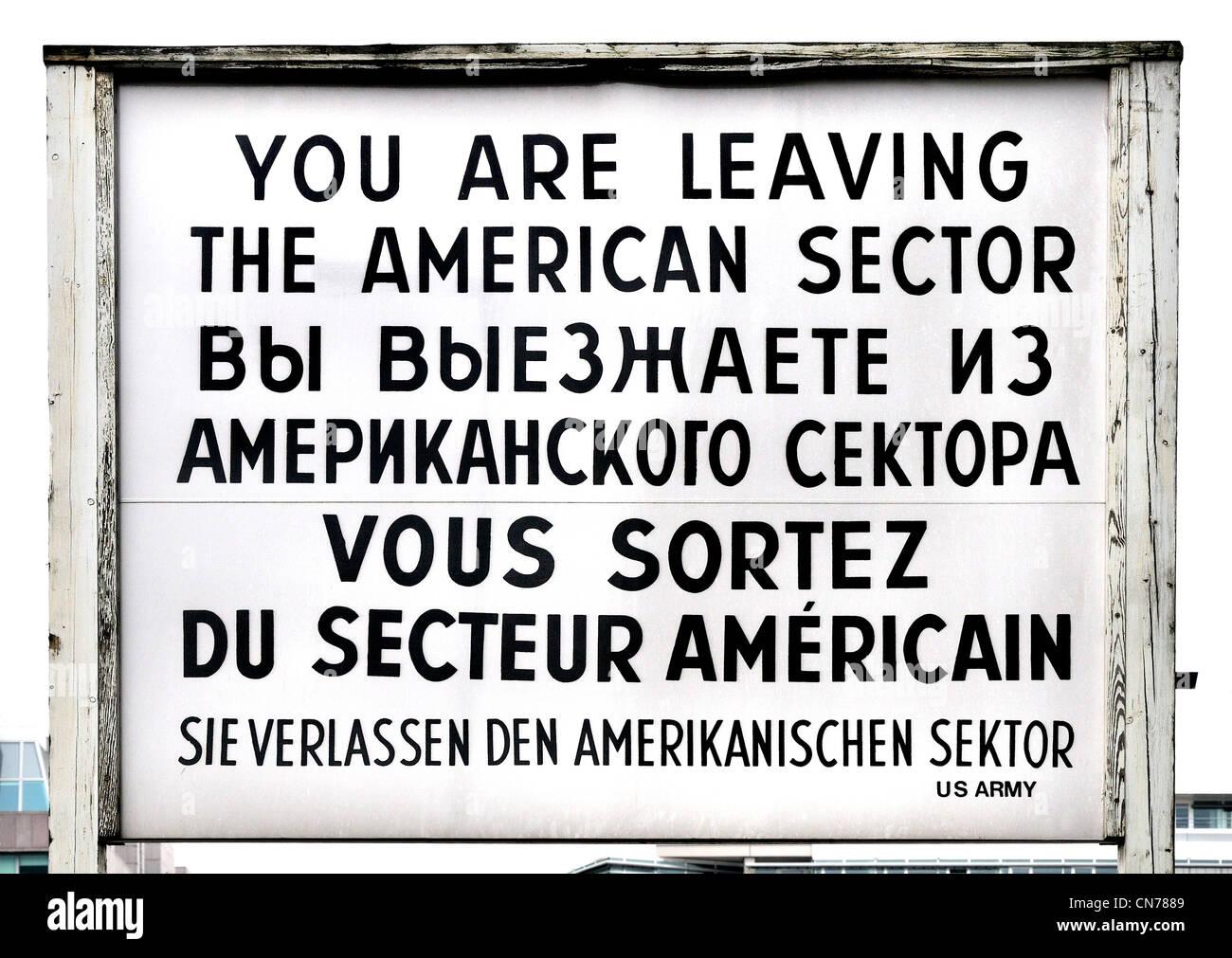 Berlin, Deutschland. Signieren von Checkpoint Charlie Ankündigung Grenze zwischen ehemaligen amerikanischen und Stockfoto