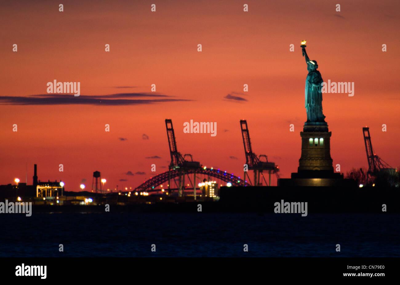 Freiheitsstatue in der Abenddämmerung vom Battery Park in New York, NY, USA, 2. Januar 2010 zu sehen. (Adrien Stockbild