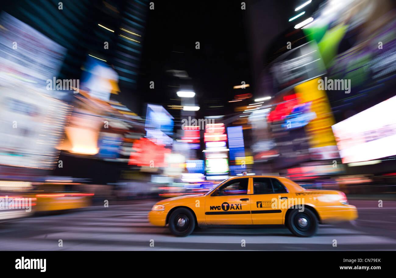 Ein gelbes Taxi zoomt von am Times Square in New York, NY, USA, 3. Januar 2010. (Adrien Veczan) Stockbild