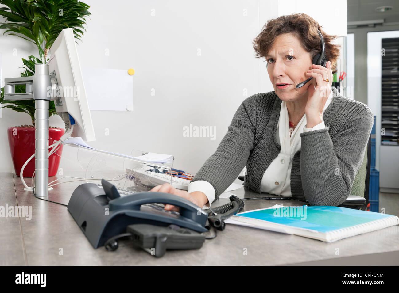Call Center-Mitarbeiter auf die Frage von einem Anrufer aufmerksam zuhören Stockfoto