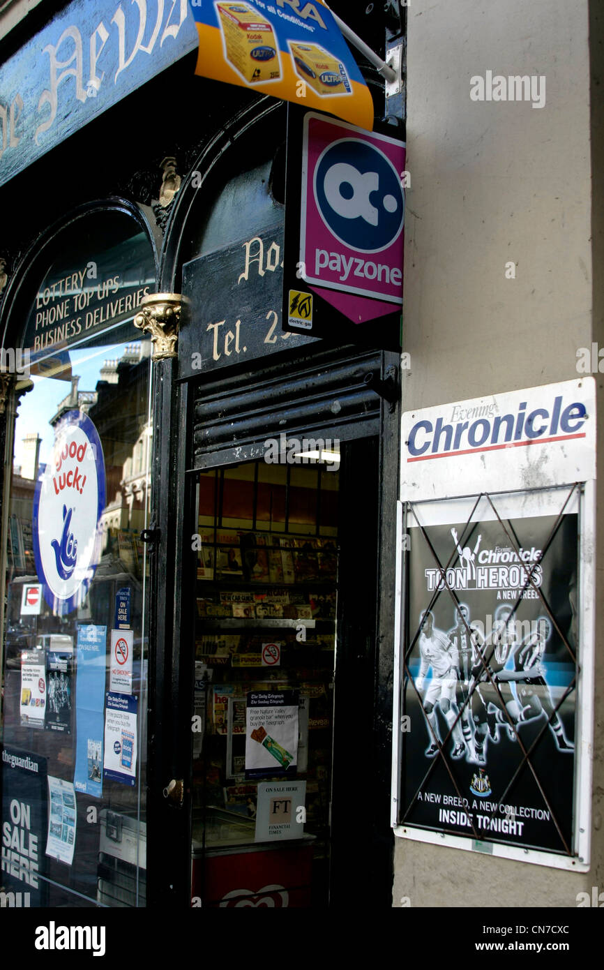 "Kiosk am Kai in Newcastle zeigt Poster von ""Toon Army"" Stockbild"