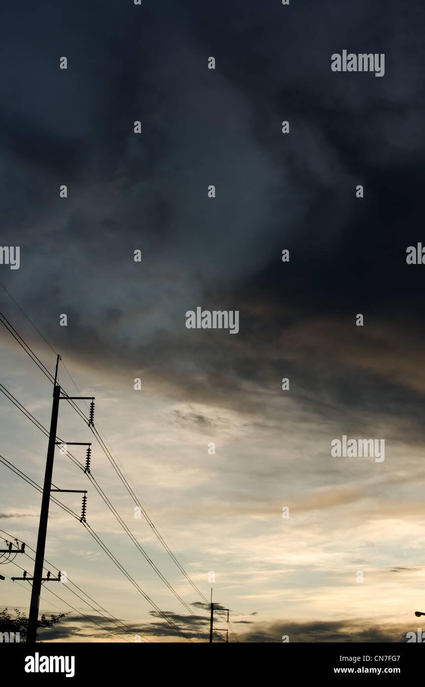 Stromleitung abends auf der Straße Stockbild