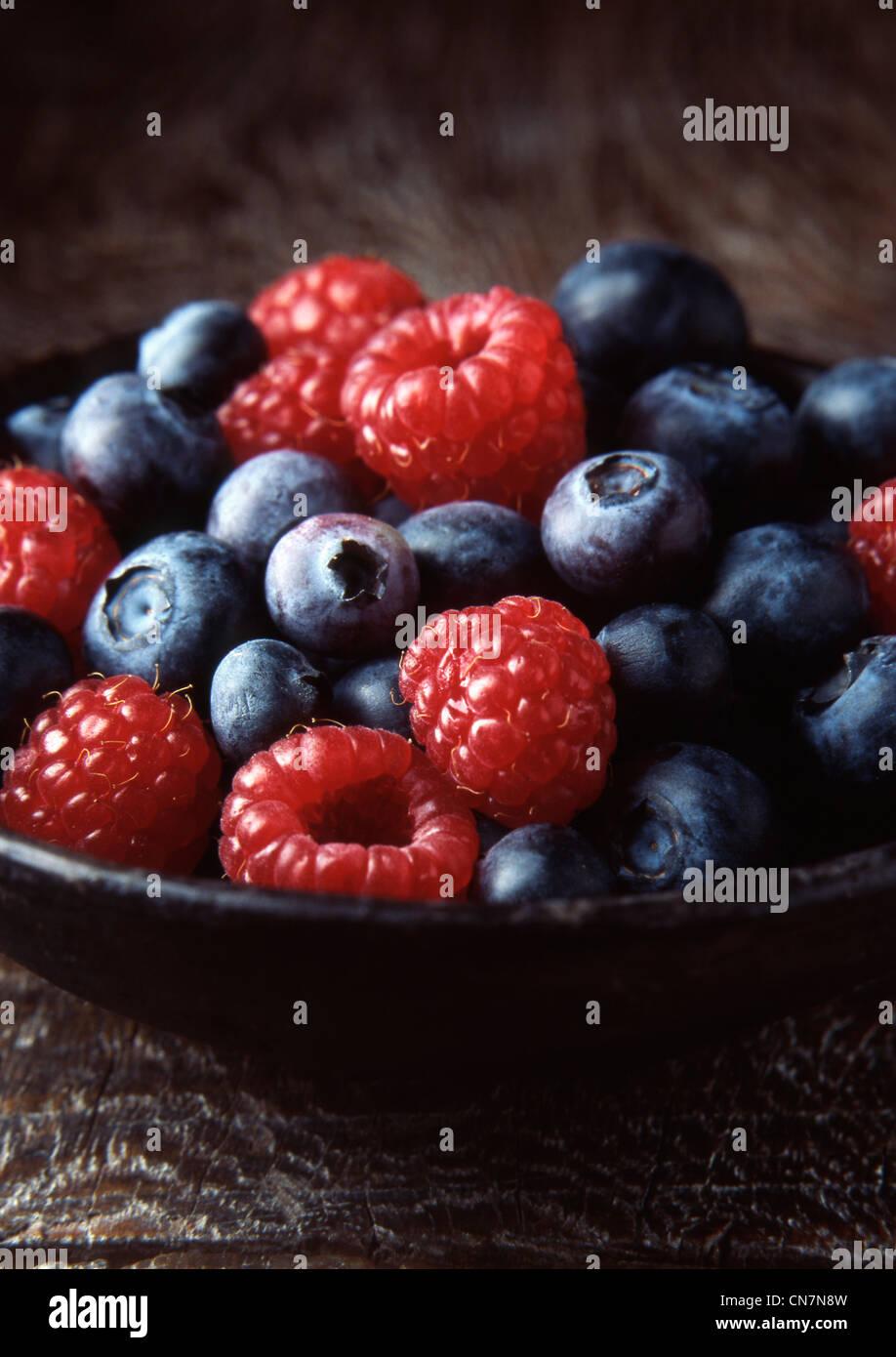 Schüssel mit Heidelbeeren und Erdbeeren Stockbild
