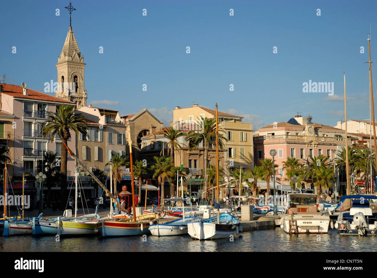 Frankreich, Var, Sanary, Hafen, Netze, anspruchsvolle, traditionelle Fischerboote Stockbild
