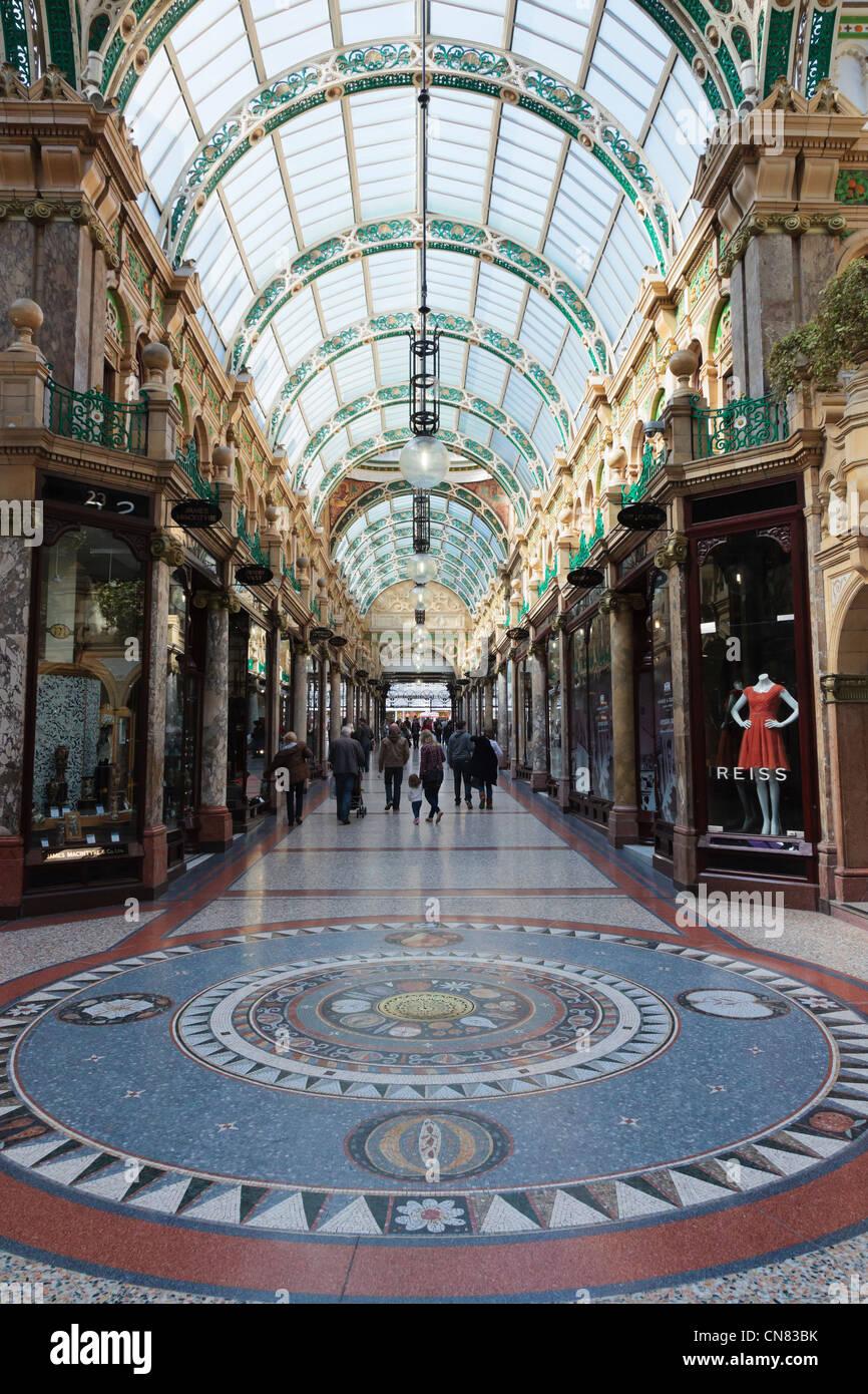 ddc1e446fd Bodenmosaik und traditionellen gehobenen Designer-Shops in Grafschaft Arcade  in Victoria Quarter Einkaufszentrum in Leeds Yorkshire England UK