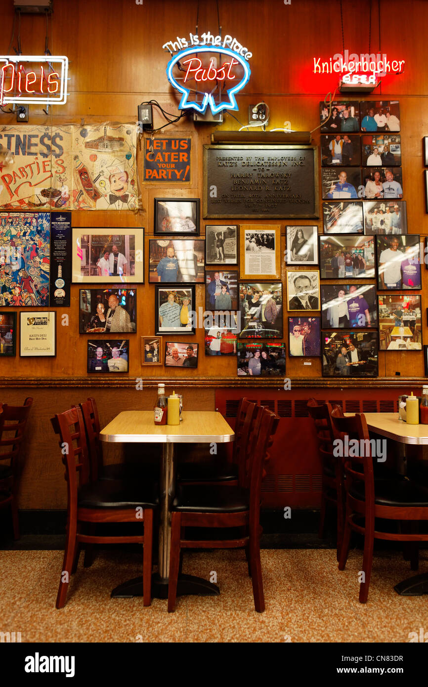 Vereinigte Staaten, New York City, Manhattan, Lower East Side, Tabelle der Restaurant Katzs Delicatessen Stockbild