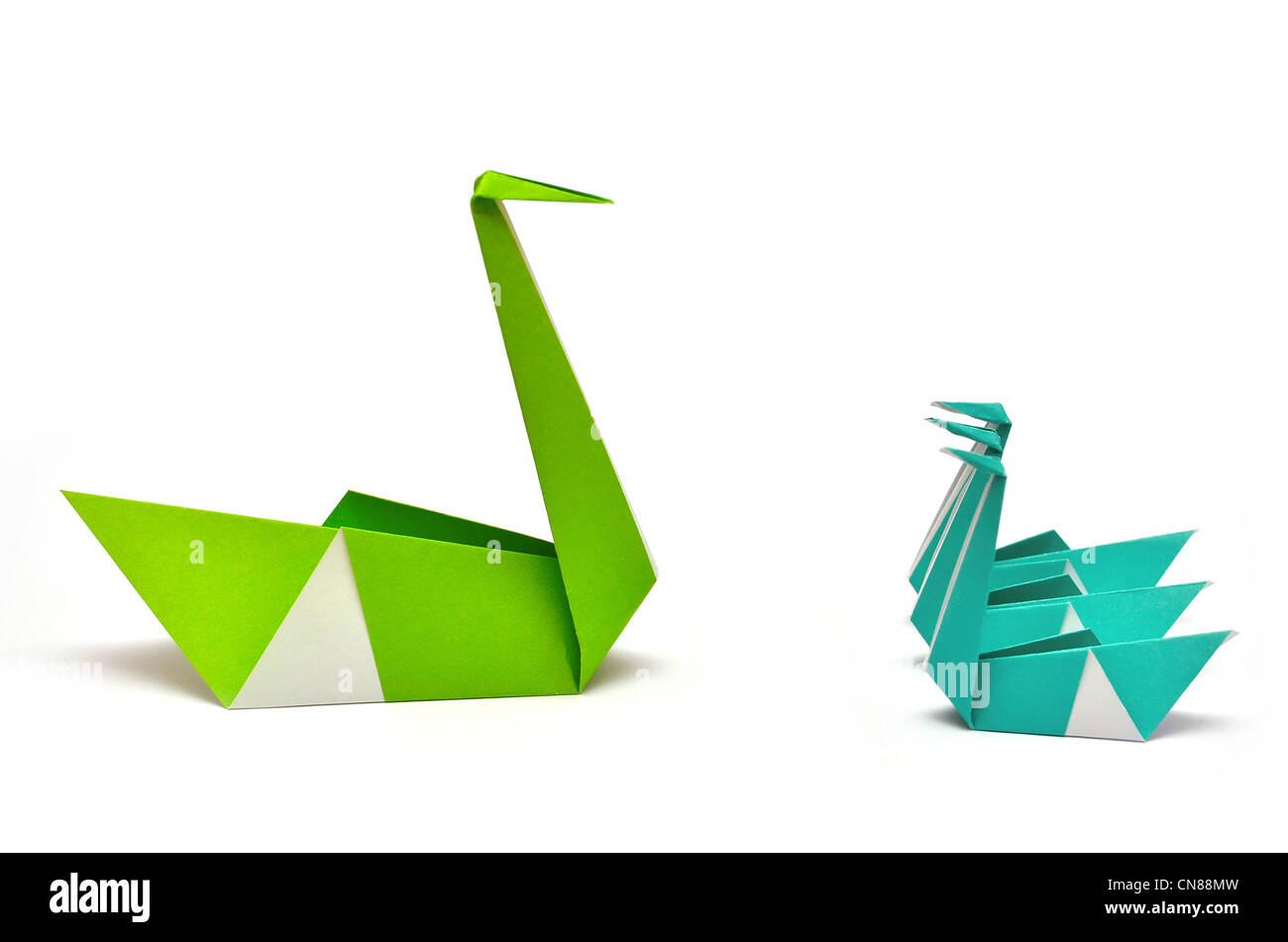 Origami-grün und blau Papier Schwäne treffen für einen kurzen weißen Hintergrund Papierfaltens Stockbild