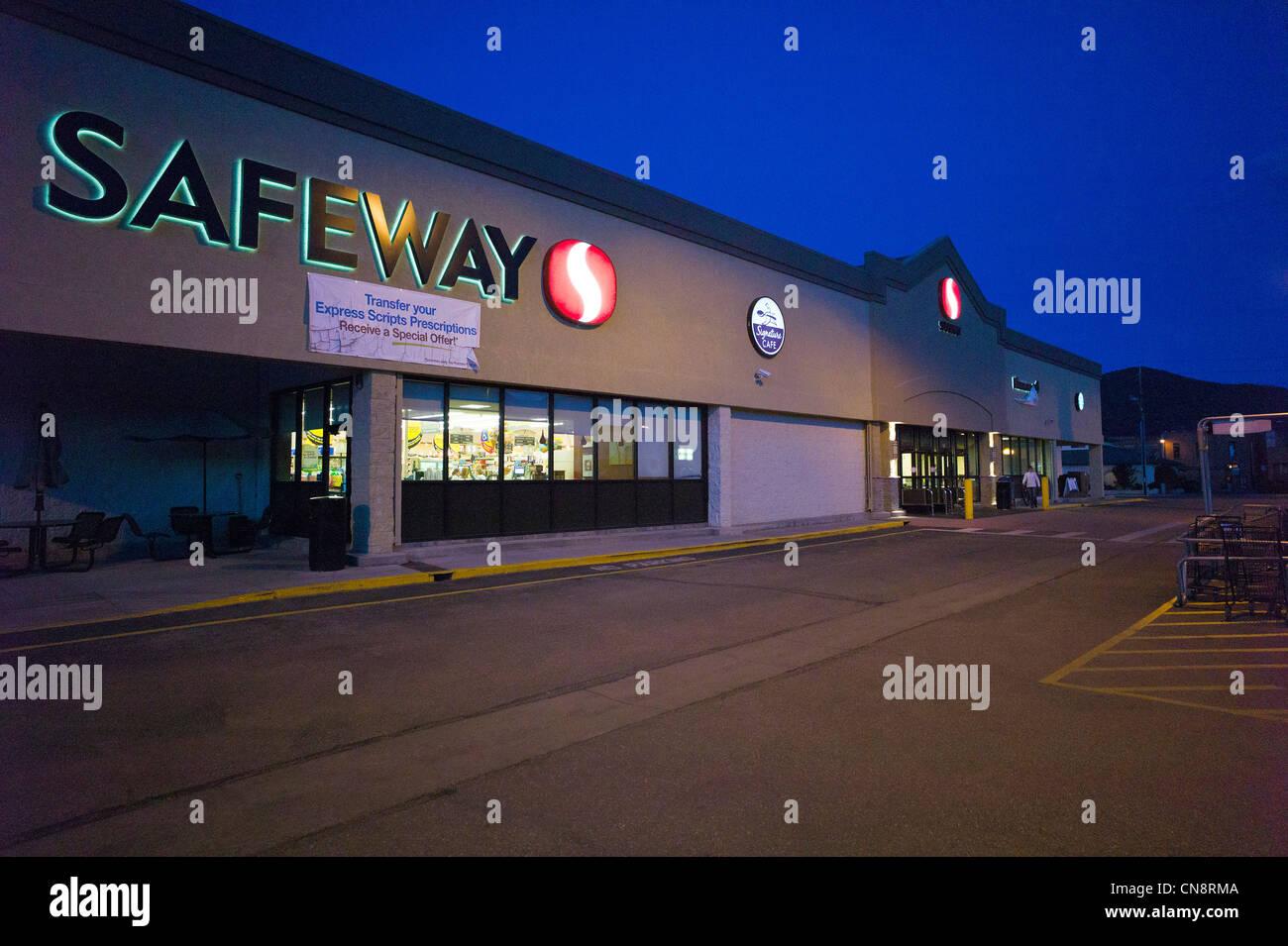 Abenddämmerung Außenansicht von einem Safeway-Supermarkt, Salida, Colorado, USA Stockbild