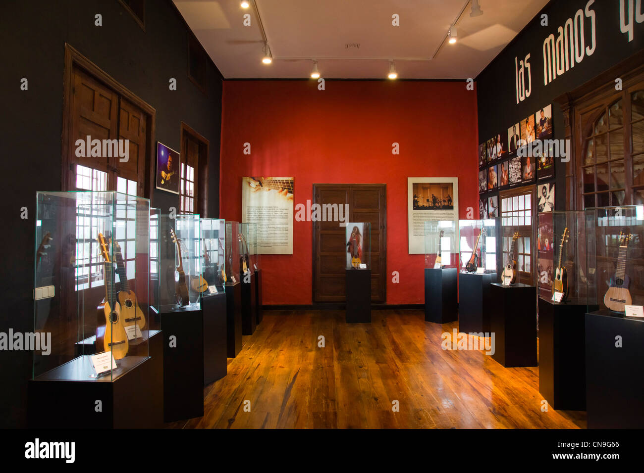 Casa del Timple in Teguise, Museum und Erbe Zentrum widmet sich der Kanarischen 5-saitige Instrument - Hände Stockbild