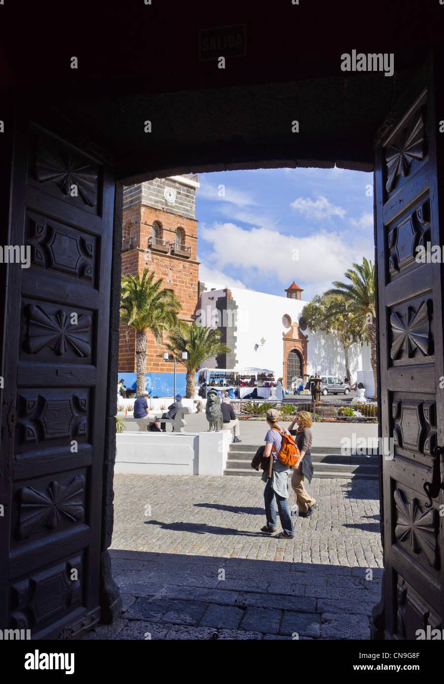Blick auf Teguise Quadrat von Türen des Casa del Timple Stockbild