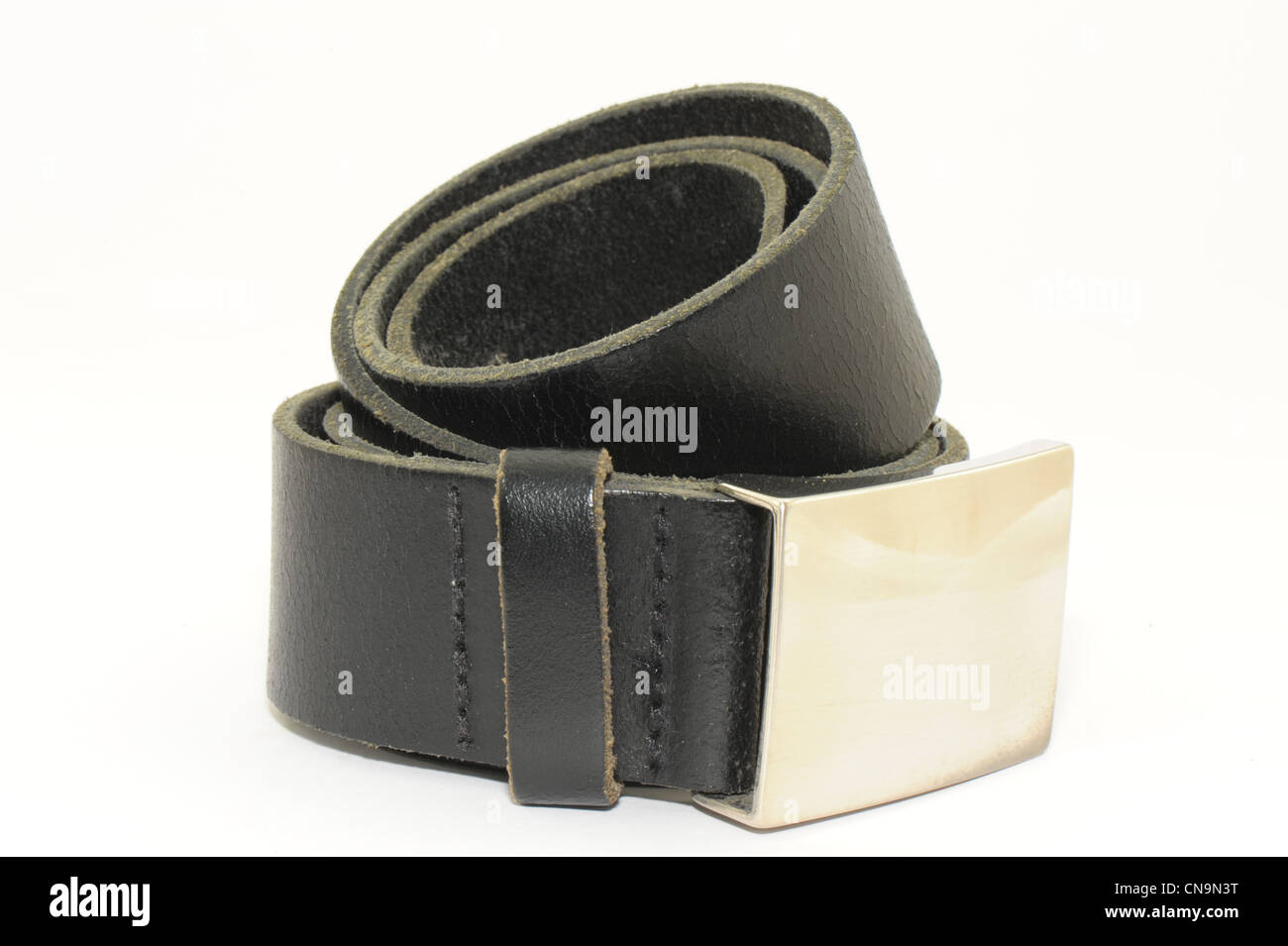 d7cf8701cfb8f0 Herren Gürtel aus schwarzes Leder mit Silberschnalle Verschluss genommen  auf weißem Hintergrund Stockbild