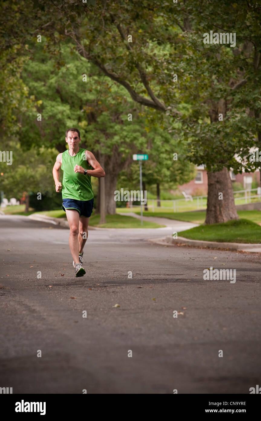 Mann läuft auf Feldweg Stockbild
