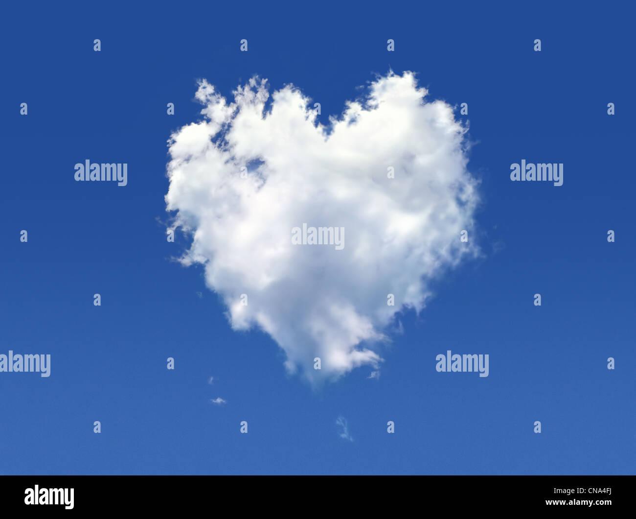 Flauschige Wolke von der Form des Herzens, auf einem tiefblauen Himmel. Stockbild