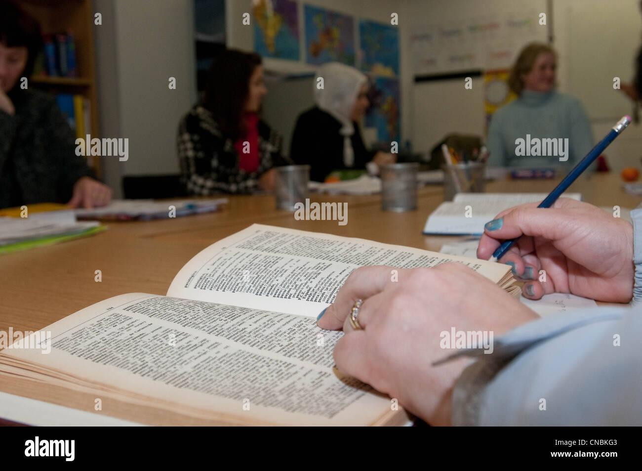 Eine Klasse nicht englische Muttersprachler erlernen grundlegende Lese-, Schreib- und Rechenfähigkeiten Fähigkeiten Stockbild