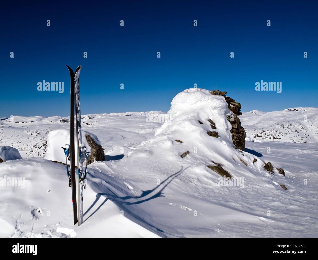 Paar Ski auf Gipfel. Skitouren in der Region Hardanger in Norwegen Stockbild