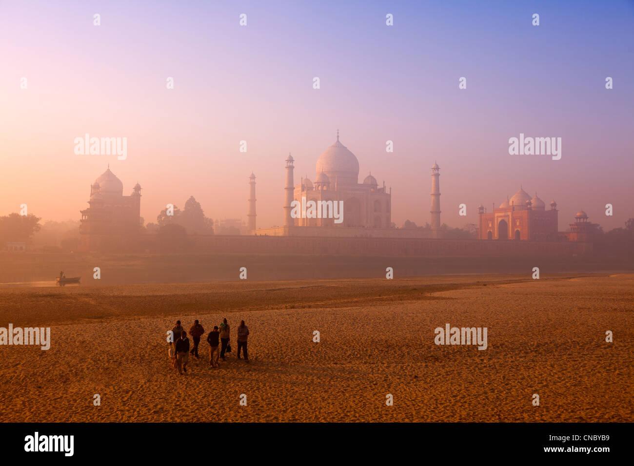 Indien, Uttar Pradesh, Agra, Taj Mahal Arbeitnehmer überschreiten ausgetrocknet Fluss Yamuna bei Sonnenaufgang Stockbild