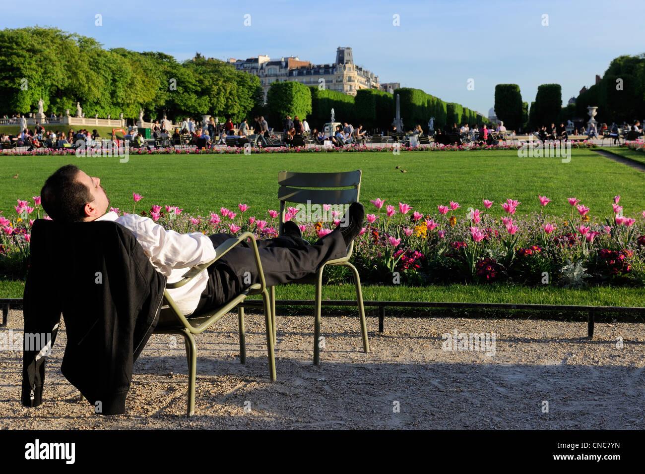 Nickerchen Sie Frankreich, Paris, Jardin du Luxembourg, auf einem Stuhl Stockbild