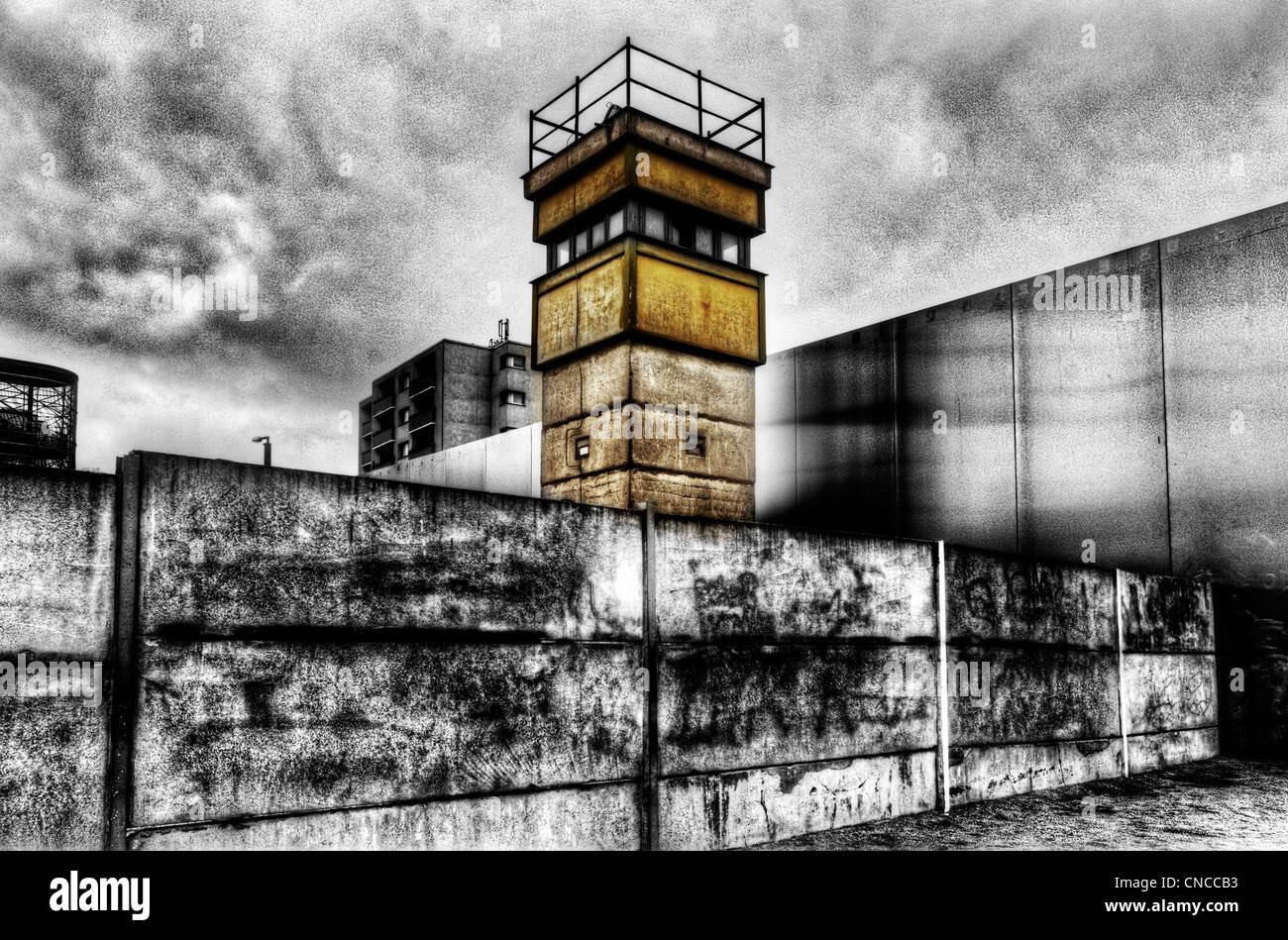 Ein Wachturm an der Berliner Mauer in Deutschland Stockbild