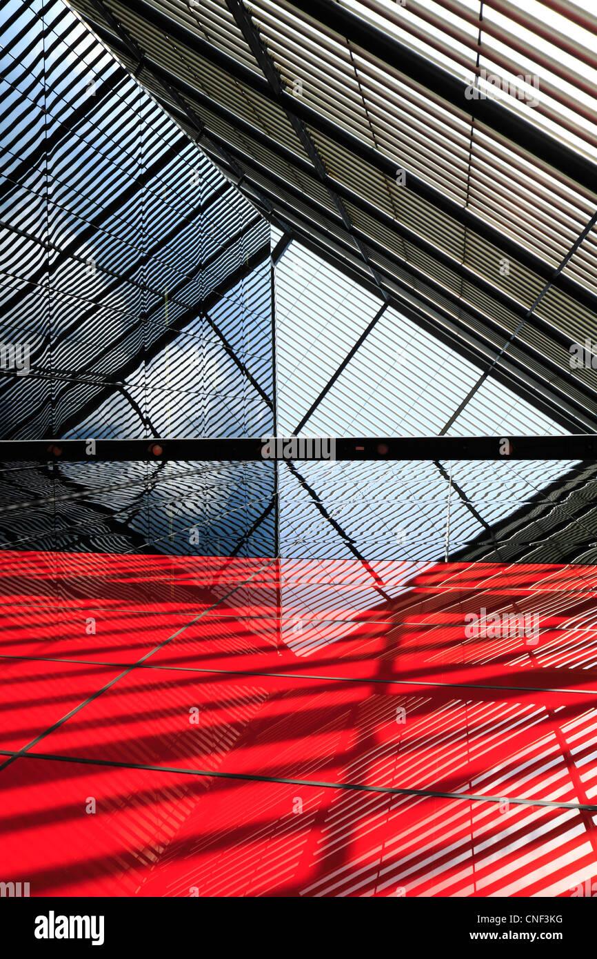 Abstrakte Architektur: Gebäudelinien, Spiegelungen und Schatten Stockfoto