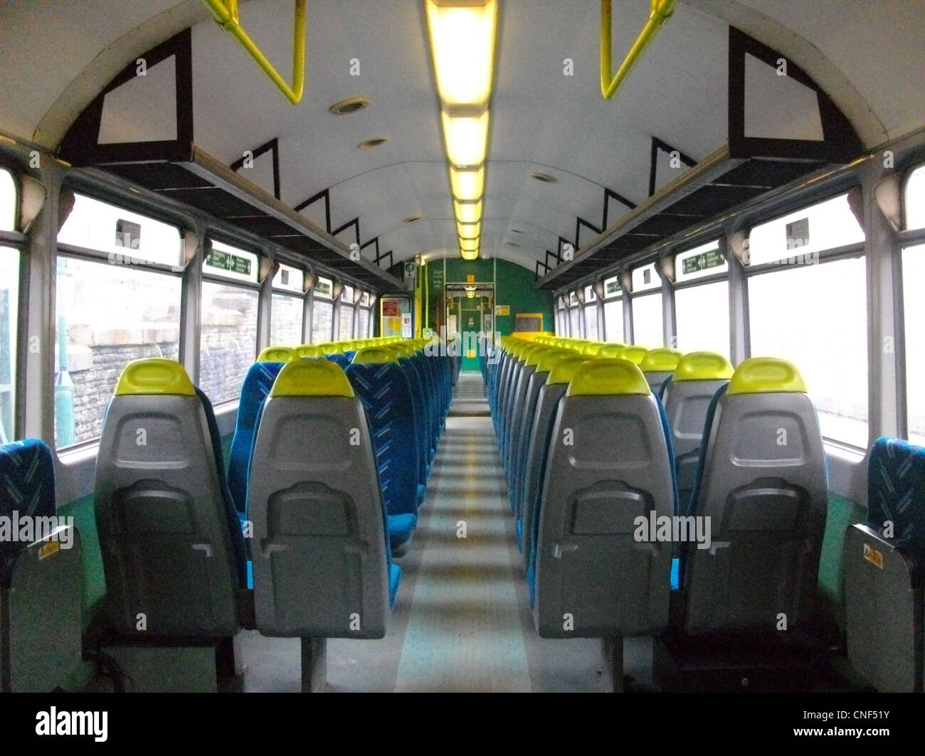 Das Innere einer vor kurzem aktualisiert Arriva Züge Wales Baureihe 143 - gestylten Sitze in Arriva Stofftapete Stockfoto