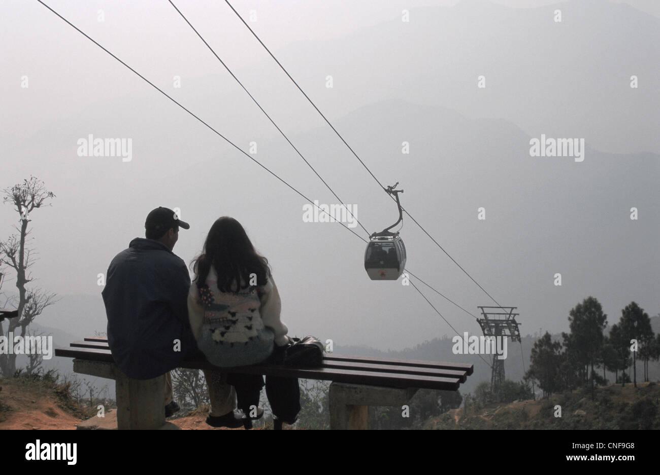 Ein paar sucht eine Seilbahn, die einzige im Land (Nepal) Stockbild